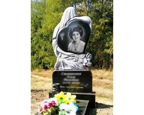 Гранитный памятник со Скорбящей матерью, держащей Сердце