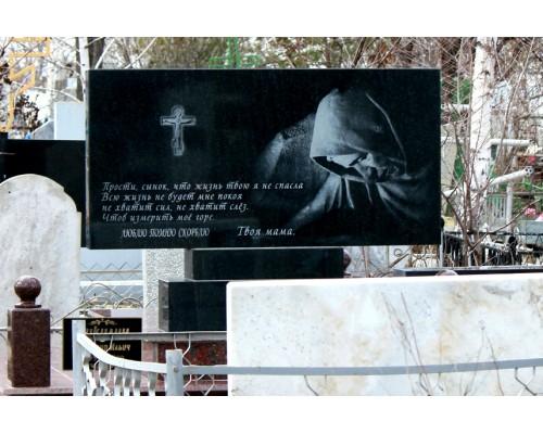 Горизонтальный памятник с гравировкой Скорбящей матери