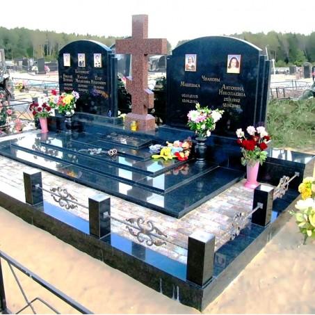 Большой гранитный семейный мемориал с крестом на кладбище