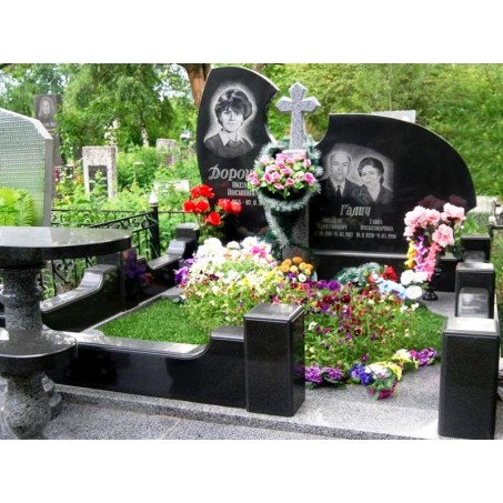 Мемориальный семейный элитный памятник из карельского гранита